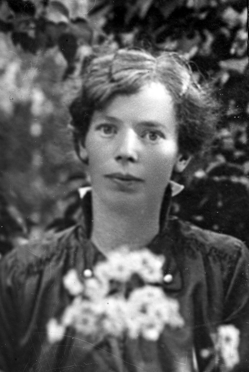 Reprofotografert portrett av en kvinne med blomster.