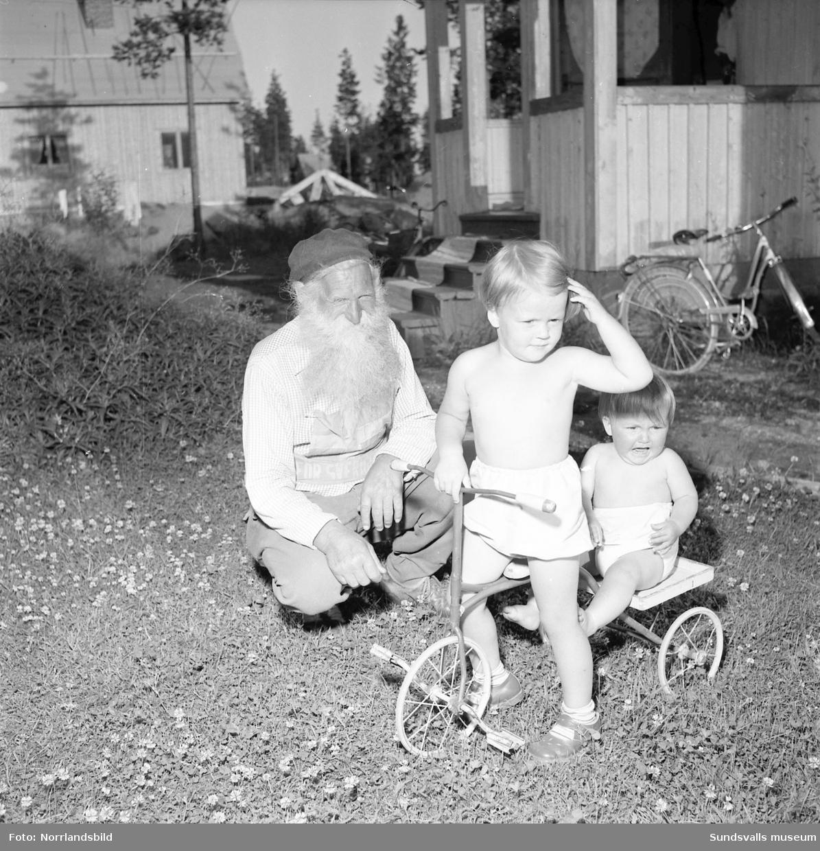 """""""Stålfädernas"""" Sverigelopp. Stålfarfar Gustaf Håkansson är med och skriver autografer."""