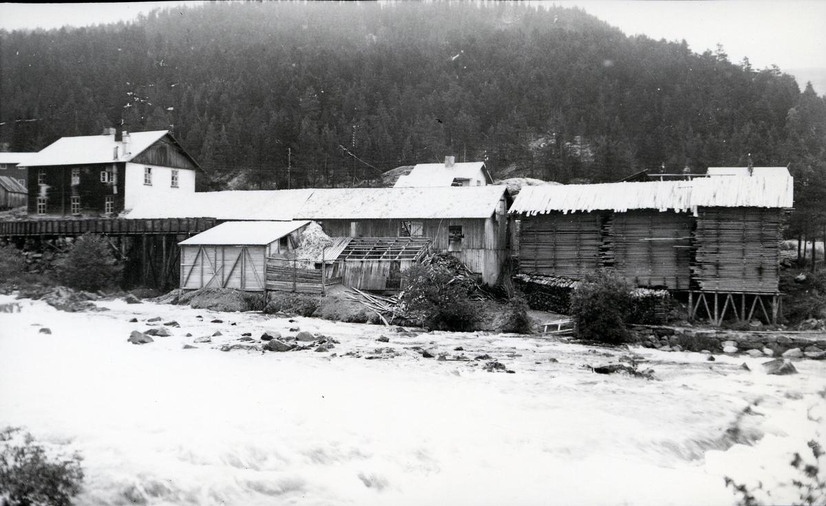 Sagbruket ved Neselva, og Fagerlund meieri i bakgrunnen