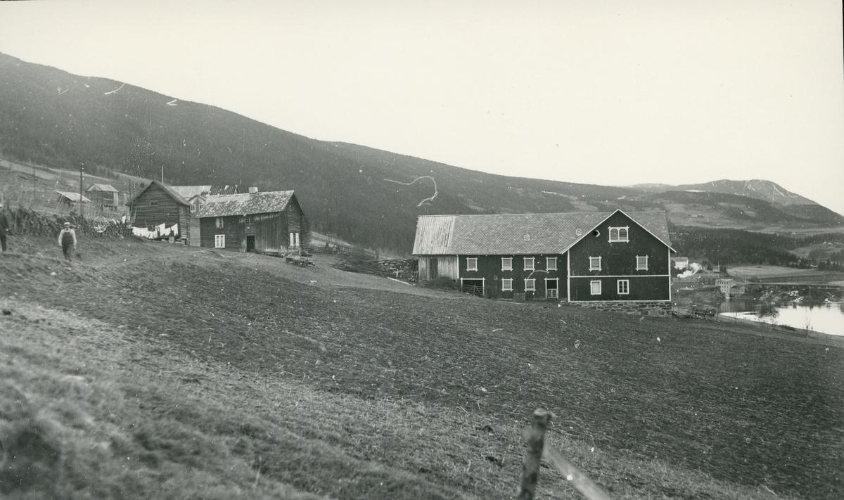 Bygninger på Søre Hamarsnes, Vestre Slidre. Klesvask til tørk, to menn gående ved skigard