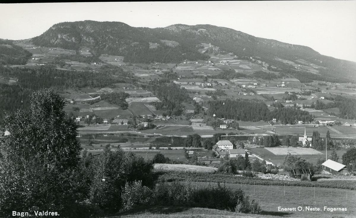 Utsikt fra øystre Bagn mot kirka, prestegården og vestre Bagn. Jordbrukslandskap