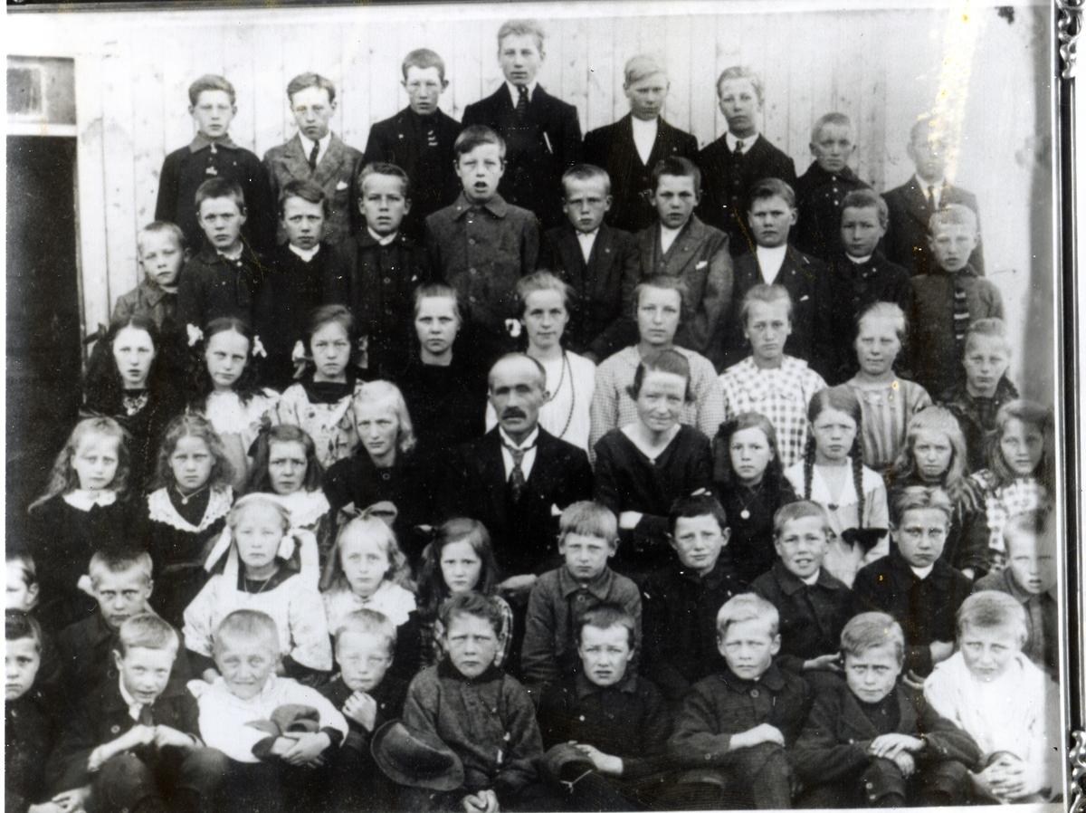 Skoleklasse ved Vestre Ulnes skule. Nr. 3 fra venstre i bakerste rekke er Ola K. Hippe