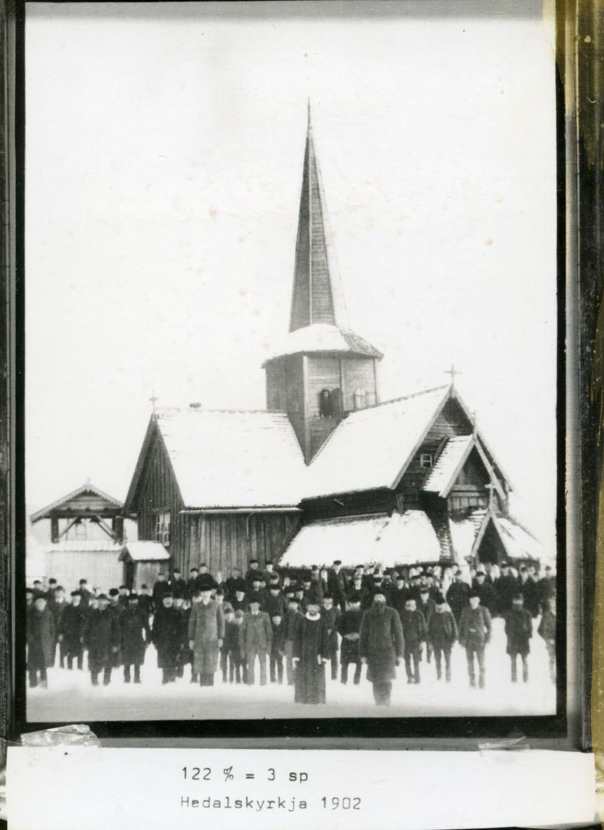 Folkemengde oppstilt framfor Hedalskyrkja, presten fremst