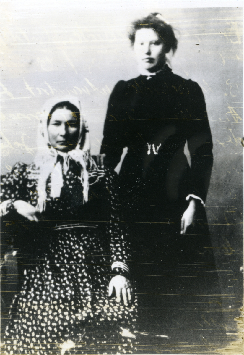 Barbro Pedersdotter Nilsebråten, til høyre står datteren Johanne Marie.