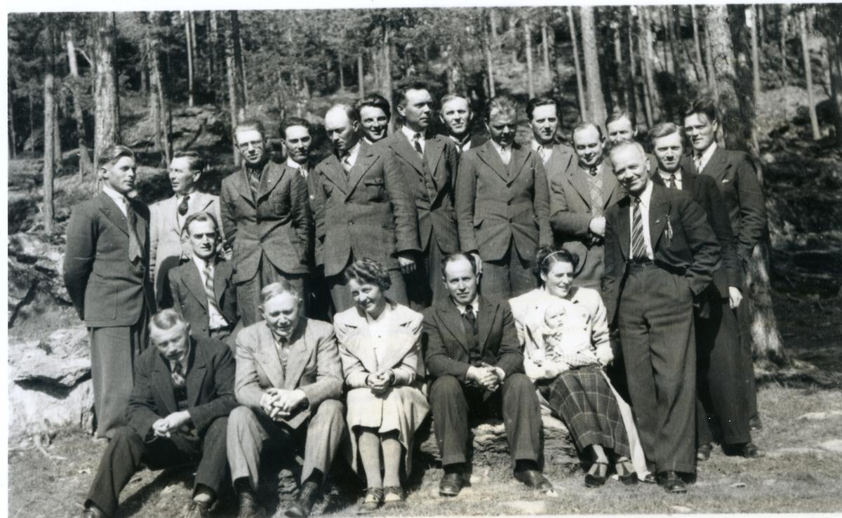 Valdres musikklag oppstilt framfor skog. Nr. 2 og 3 frå venstre, Håkon Foss og Ingebjørg Skattebu