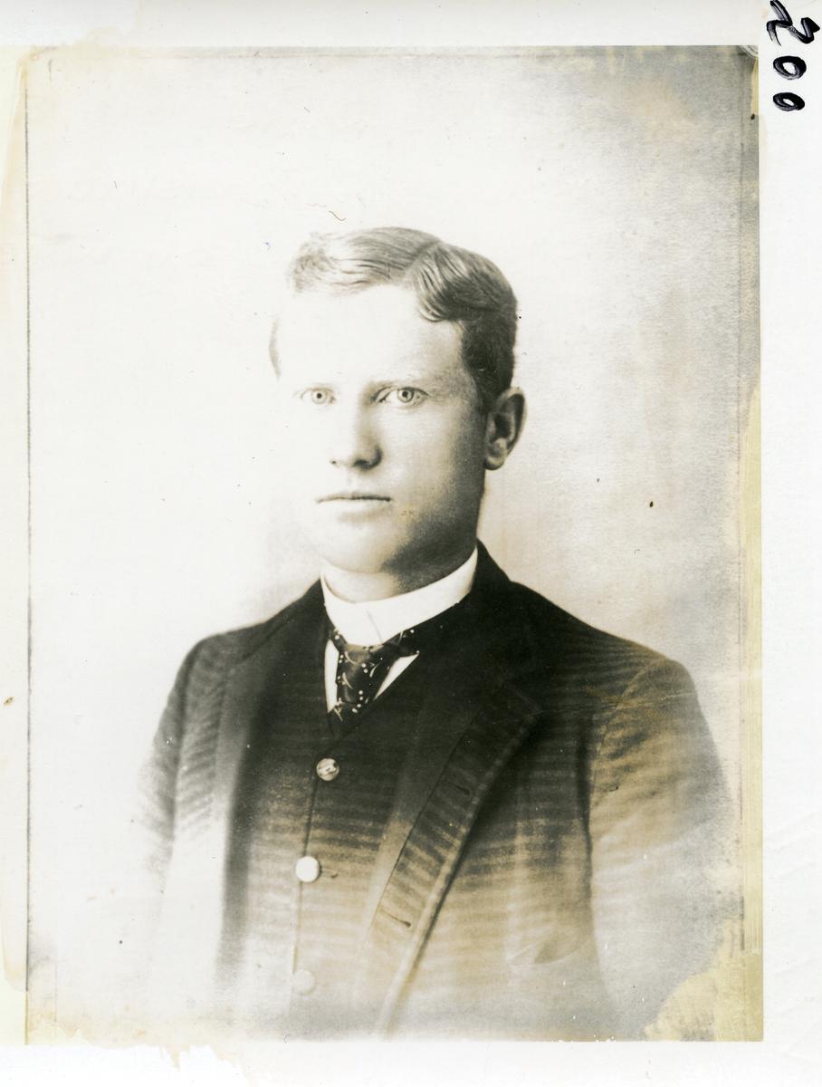 Brystbilde av mann. Kristen Rogne, født 1870. Kona hans var fra Robølsbygden, Øystre Slidre. De reiste til Amerika som unge.