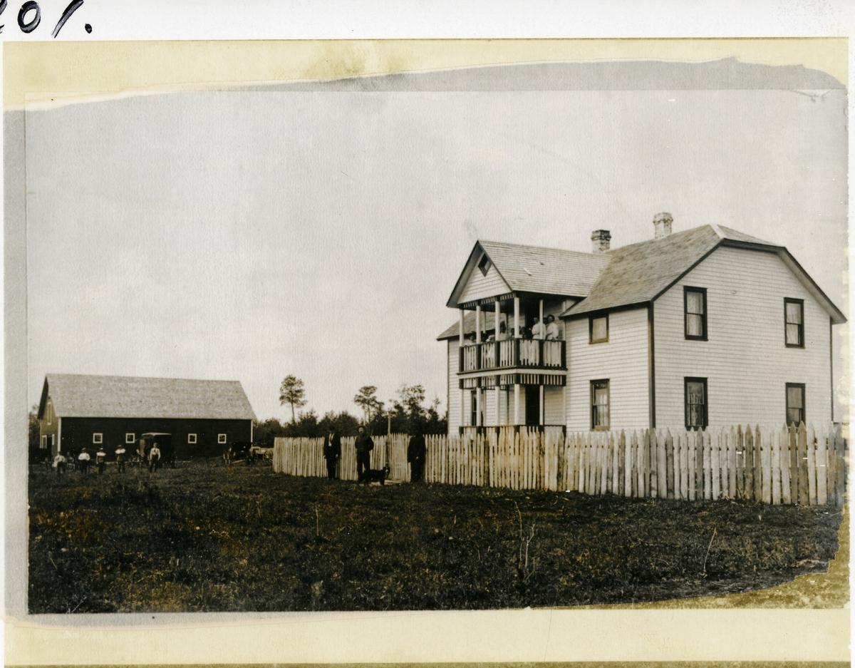 Farmhus og låve i Decorah, USA. Dette er farmen til Torstein Rogne, født 1848, gift med Marit Fystro, Røn. Han var fast skribent i Decorah-posten, og har gitt ut to diktsamlinger. Reiste til Amerika i 1860-årene.