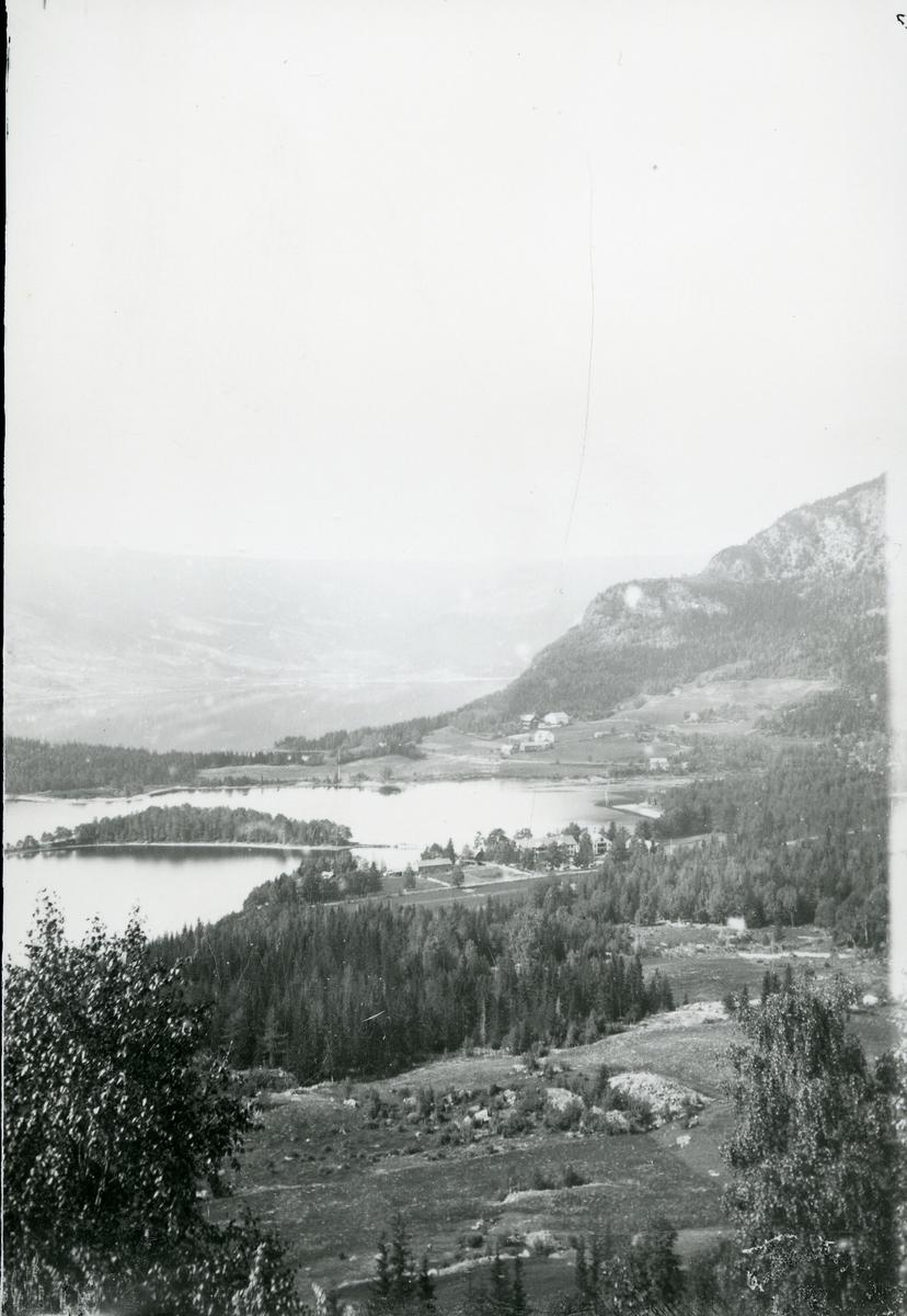 Oversiktsbilde over Fagernes. Tatt mot vest med Fodnesåsen til høyre og Lo til venste. Fagernes hotell midt i bildet.