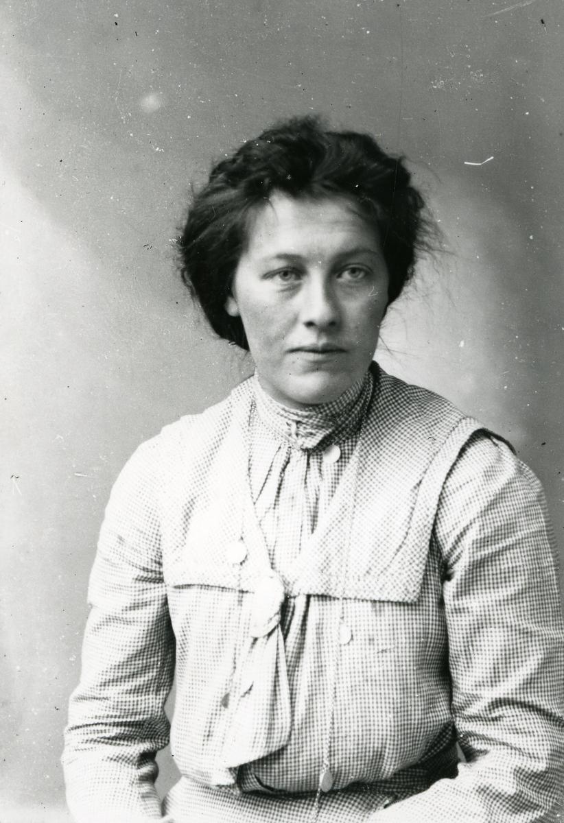 Portrett av Sigrit Skjerpingen, Ulnes. Bosatt i Bagn.