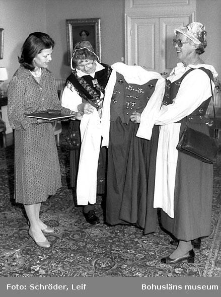 Drottning Silva tar emot bohuslänsk bygdedräkt inför kungabesök 1984