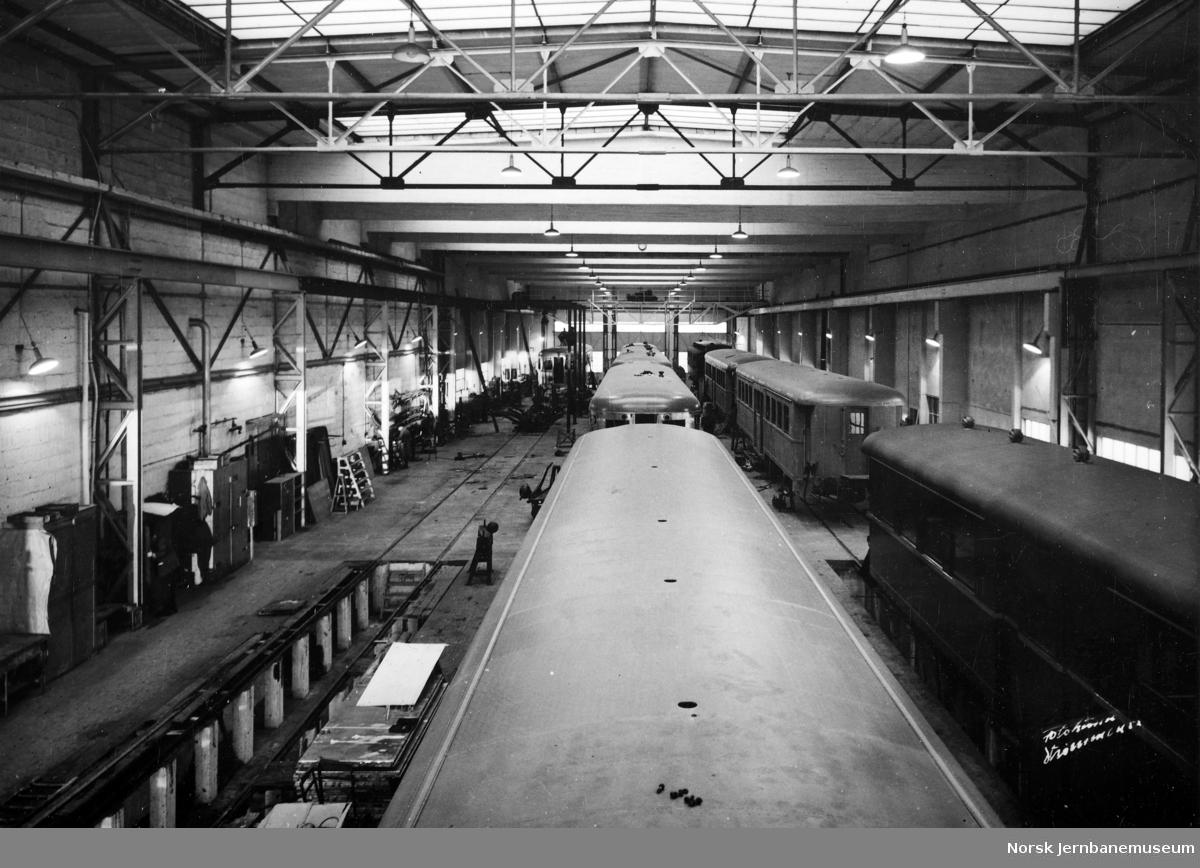 Motorvogner type 6 (86) og mellomvogner type 107 (67) under bygging på Strømmens Værksted