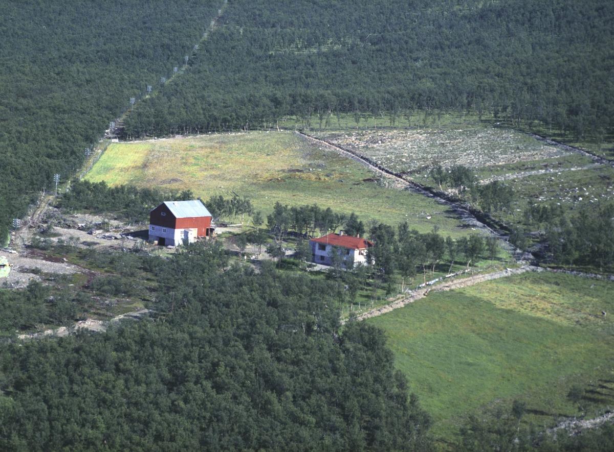Flyfoto fra Lebesby. Negativ nr. 122707. Husets eier er Hans J. Angell, og adressen er Lebesby.