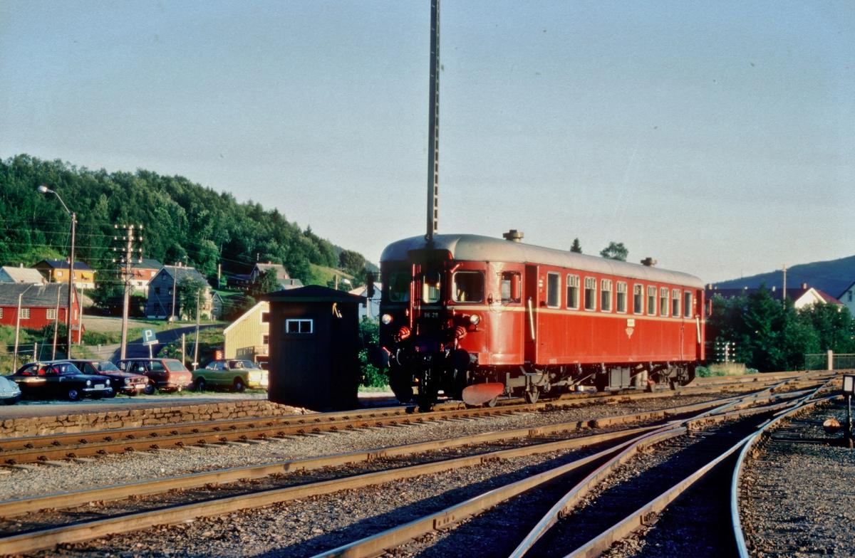 Persontog 457 Trondheim - Grong ankommer endestasjonen. NSB dieselmotorvogn BM 86 28.