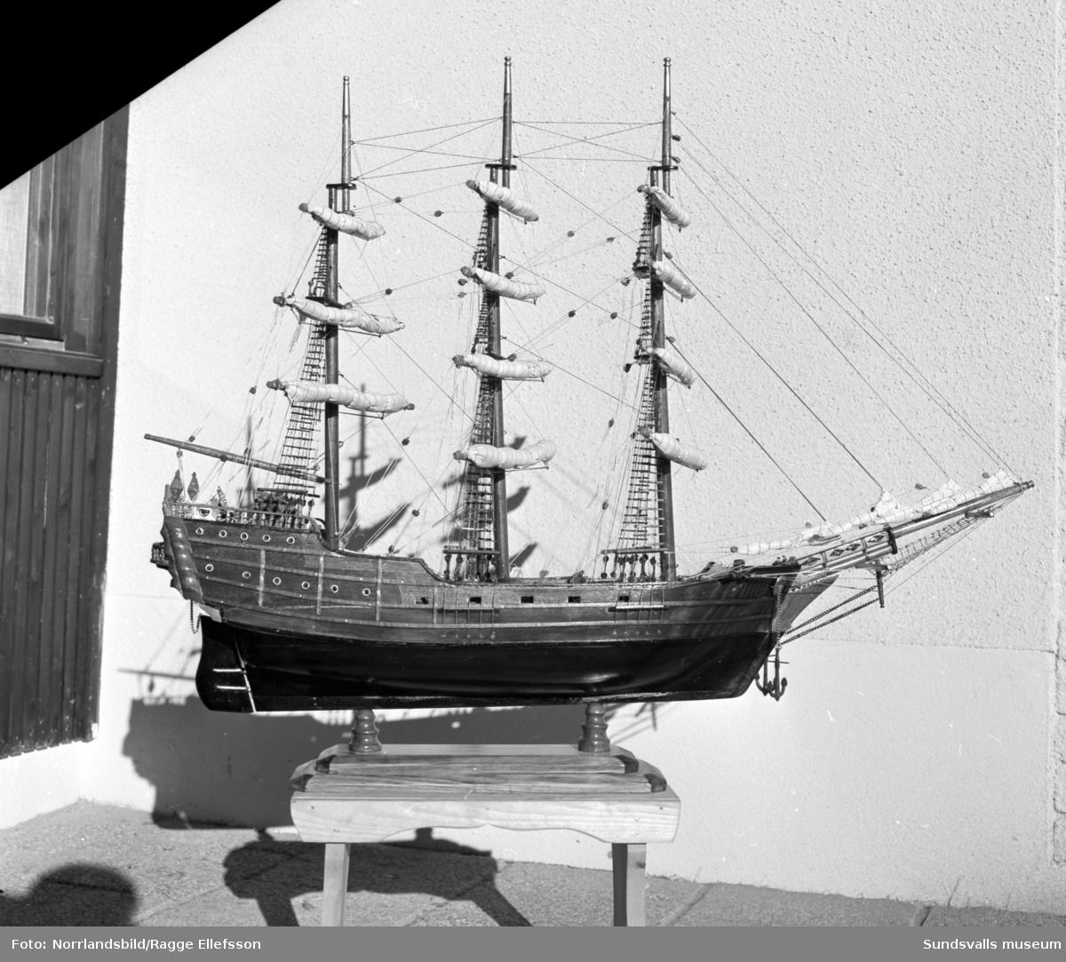 Modellskepp hemma hos innehavaren av Henrix herrekipering, Ingemar Berglund. Skeppet placerades senare i butiken.