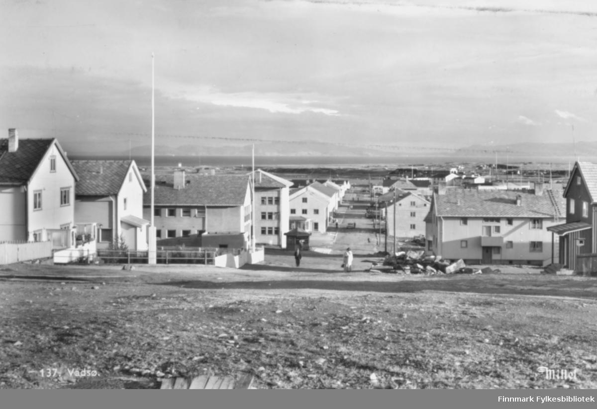 "Fotografi fra Vadsø. ""Tollbodgata, sett fra Bakken, en stille søndag sommeren 1957."" Foto: Per Bjørgan."