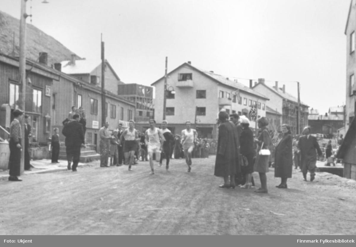 """""""Fra starten i Hammerfest-stafetten i 1954, til høyre Per Bjørgan, Vadsø Turn, som vant stafetten!"""" Foto: ukjent."""