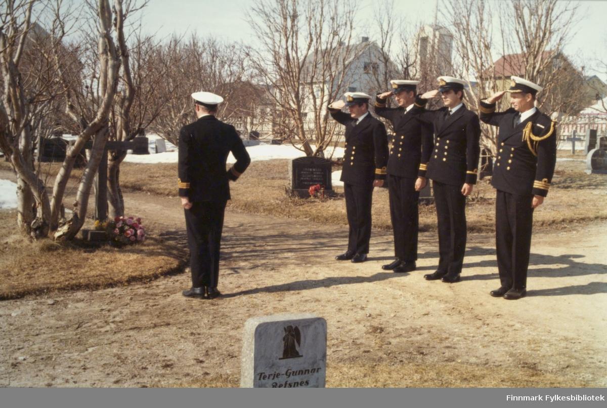 "Under et flåtebesøk 5.august 1896 i forbindelse med solformørkelsen omkom midshipman Edward Howard, 19 år, fra det engelske skipet HMS ""Active"", og han ble begravet dagen etter på Vadsø kirkegård under stor deltagelse. Offiserene på HMS ""Salisbury"" ønsket å minne sin sjøkamerat fra Royal Navy under besøket i Vadsø. Bildet viser offiserene som la en krans 18.mai 1978. Helt til høyre Commander David Brittan, marineattesje ved Den Britiske Ambassade. Foto: Per Bjørgan."
