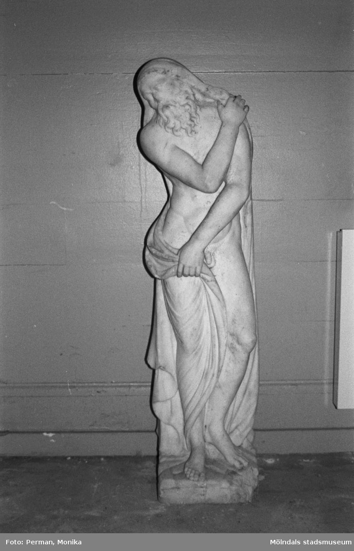 """Marmorskulptur """"Vintern"""" av Gioacchino Frulli (1766-1801). Dokumentation av anläggande av spelplaner på Gunnebo 1992-1993."""