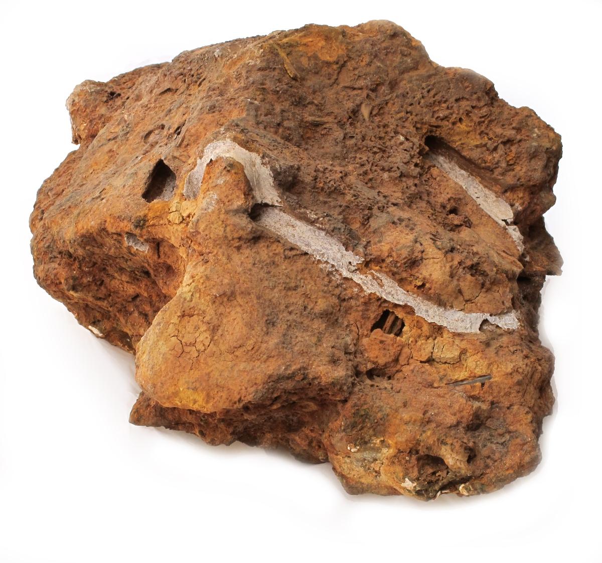 Korrosjonsklump med avtrykk av slavebøyler. Bøylen er smidd av rundtjern og har tydelig U-form med øyer i endene, slik at  den kan låses med en bolt.