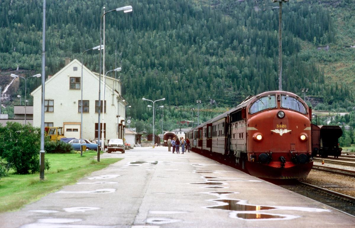 Nordgående daghurtigtog 451 Trondheim - Bodø i Mo i Rana med NSB dieselelektrisk lokomotiv Di 3 620.