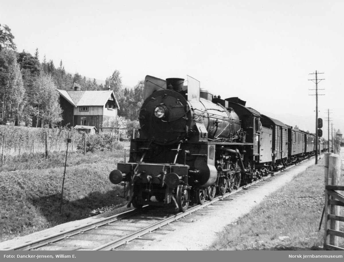 Damplokomotiv type 31b foran tog 601 ved utkjøring fra Nesbyen