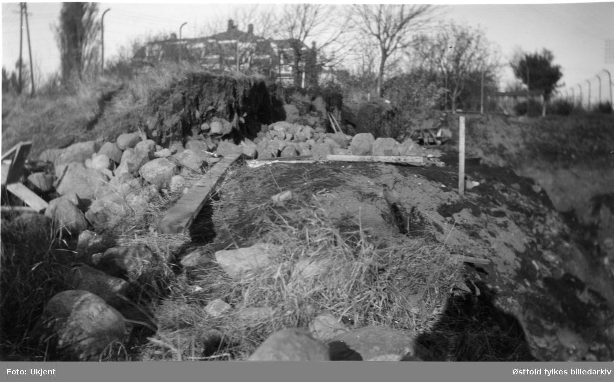 Byvollen (Olavsvollen) nedenfor Chappels have (sør-vestre hjørne) i Sarpsborg, fotografert 1929. Ca. 20 meter av vollen gravd vekk under anlegging av nytt renseri.