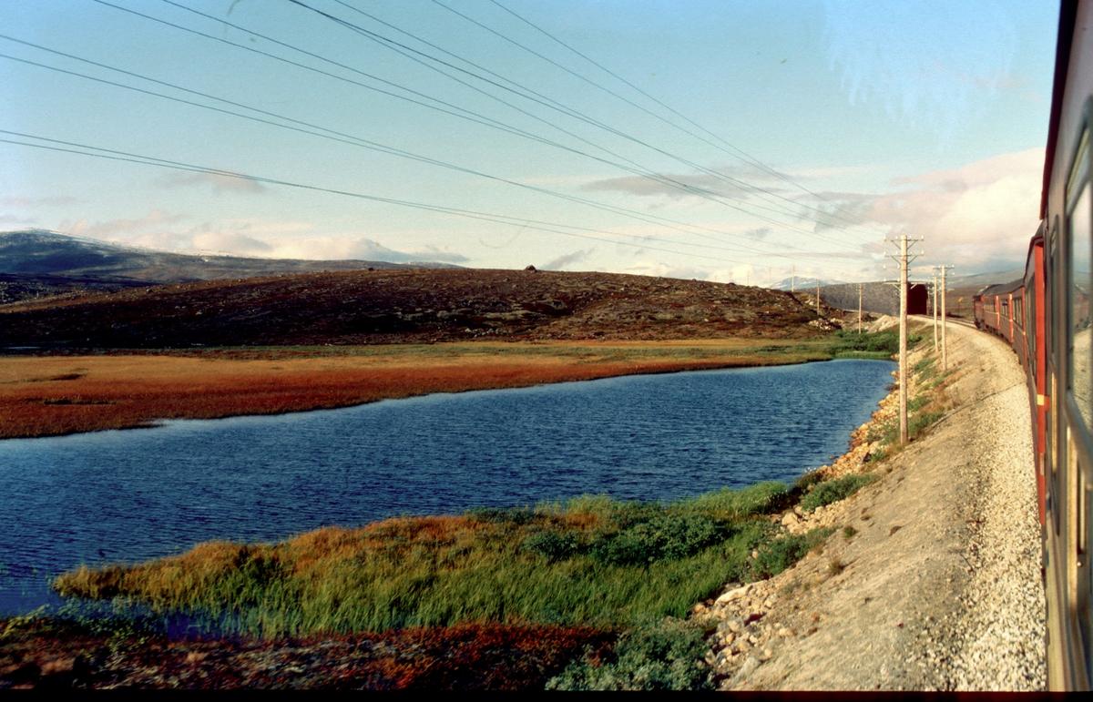 Nordlandsbanen. Dagtoget på vei over Saltfjellet en høstdag. Di 3 og personvogner type 3. Fortsatt var telegraflinjene i bruk. Høstfarger. Høst på fjellet.