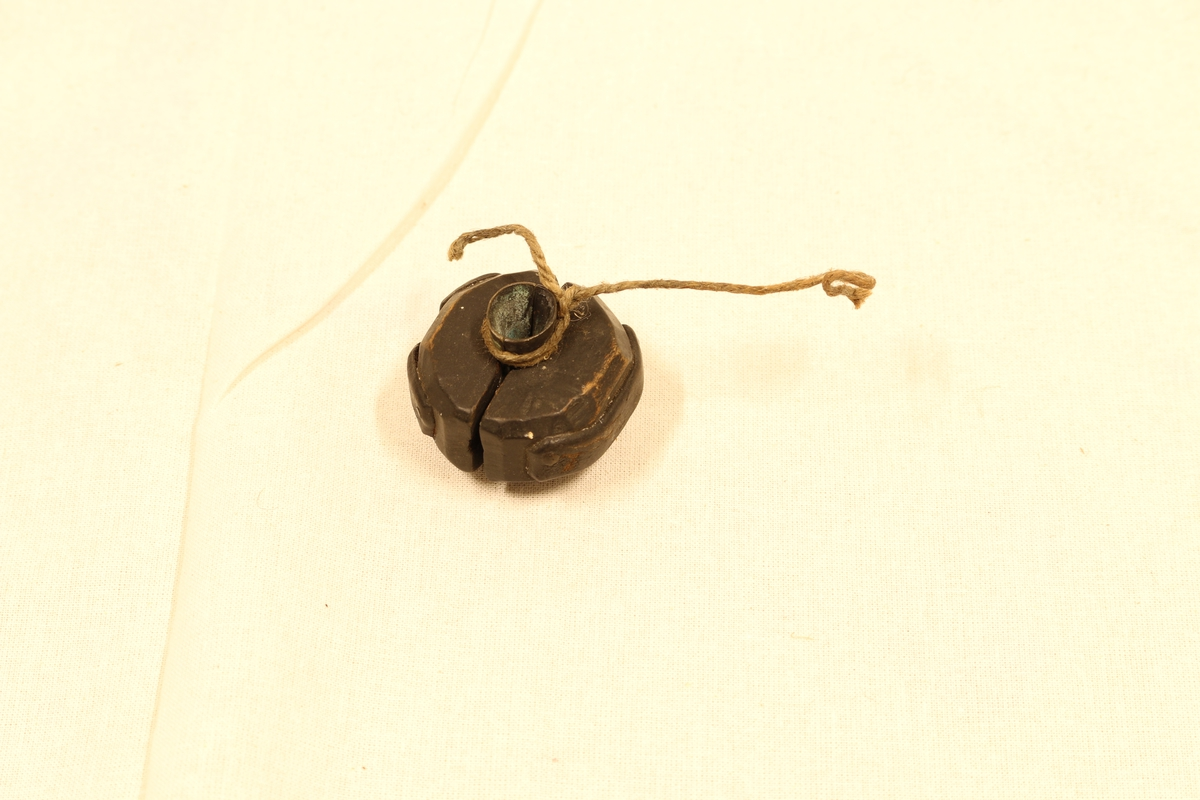 A: Krutthorn. Laget av horn, messing og tre. Brei flate sideflater, 3 kanta endeflater. Rundt øvre enden messingband, og tre med skrumekanisme i enden. Hol i sideenden. L: 19 cm, Br 8 cm. B: Lite horn: Trehorn. Sirkelformet snitt, krumt. Tre i den breie enden. Hol i den lille enden. Dia breenden 3,6 cm, L: 8,5 cm. C: Mål: Laget av stål. Sylindertett i ene enden, åpen i den andre. Dia 1,8 cm, H: 2 cm. D: Haglpung: Laget av lær, tre og tråd. Flattrykt pæreformet med søm rundt kanten. Hol lik tut i smalenden. Rettnok i trekjegle der. Propp i den. Trekjeglen festa med surra tråd. L (med propp): 16 cm, Br. 6,2 cm.  E: støpeform til hagl. Laget i tre og metall. F: Støpeform til kuler. Laget i metall.