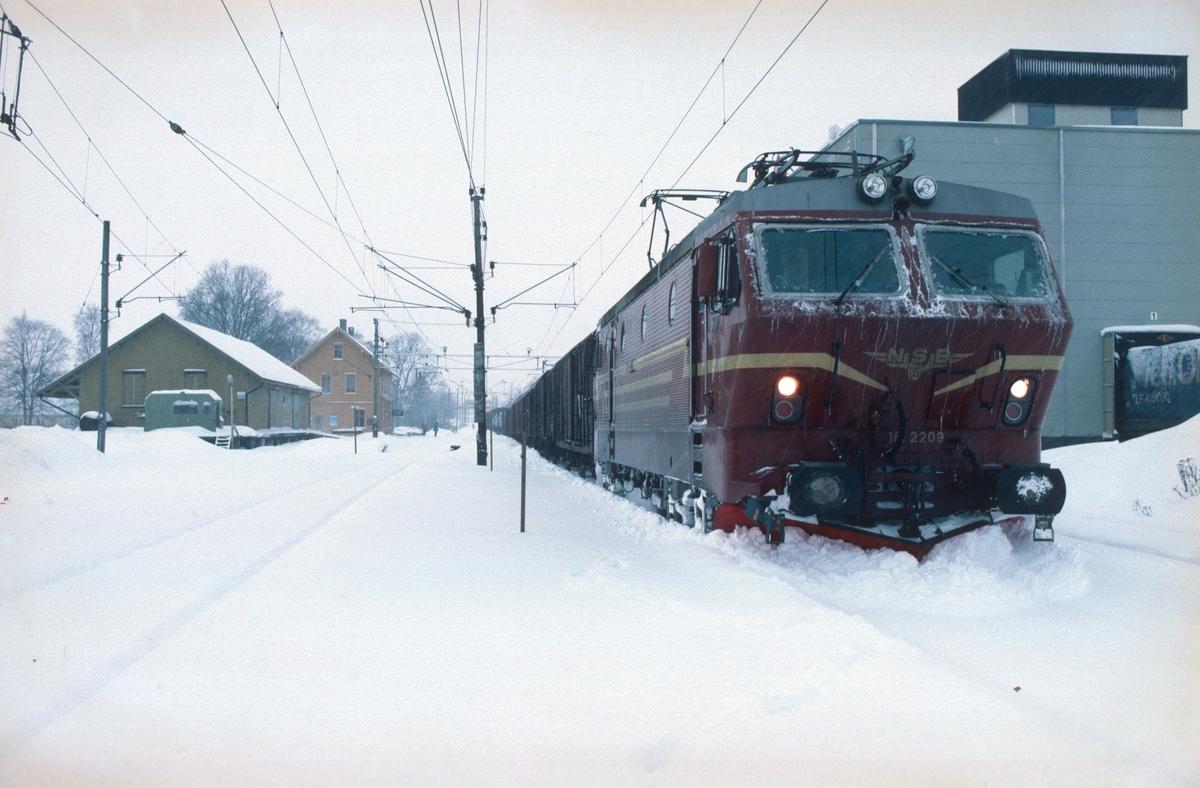 NSB godstog 4379B, (Alnabru-) Ski - Sarpsborg (-Gøteborg), med El 16 2209 venter på kryssende tog i Spydeberg.