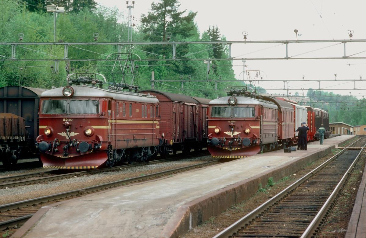 Godstogene 5166, Roa - Grefsen, og 5174, Eina - Roa, på Roa stasjon med elektriske lokomotiver type El 11. Konduktørvogn type BFV 1. Tog 5174 fortsatte som 5175 til Hønefoss. Lokomotivet til 5166 ble ofte nyttet som utilkoplet hjelpelok i Kalvsjøbakken, for å hjelpe 5175 opp den bratte bakken.