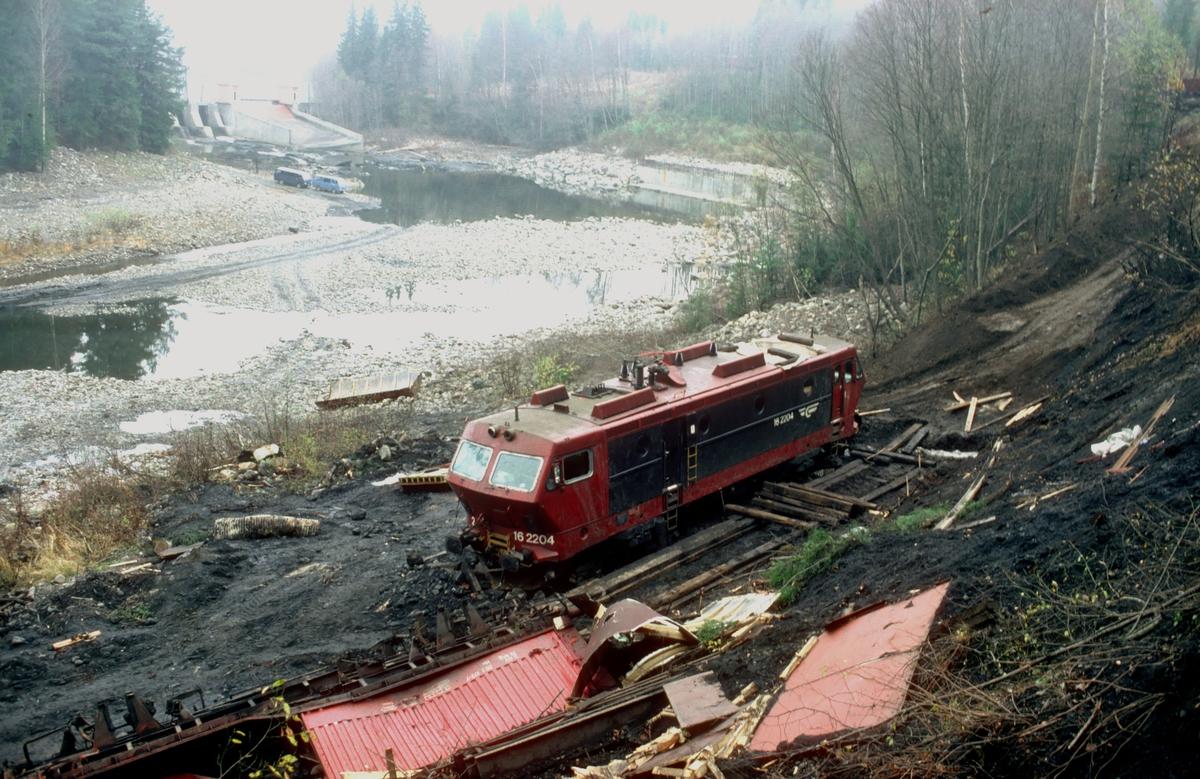 El 16 2204 etter avsporing med godstog 5502 i nærheten av Hval.