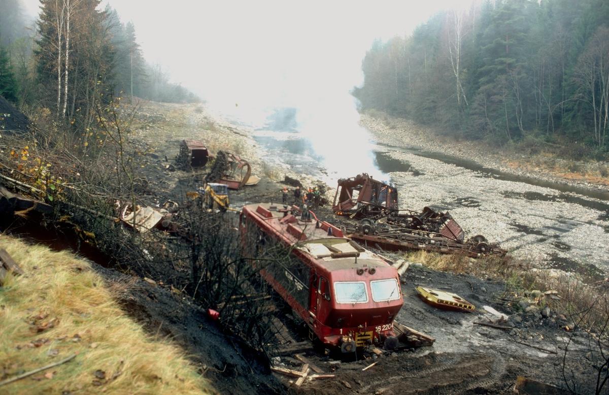 NSB el 16 2204 og rester etter godsvogner etter avsporing med tog 5502.