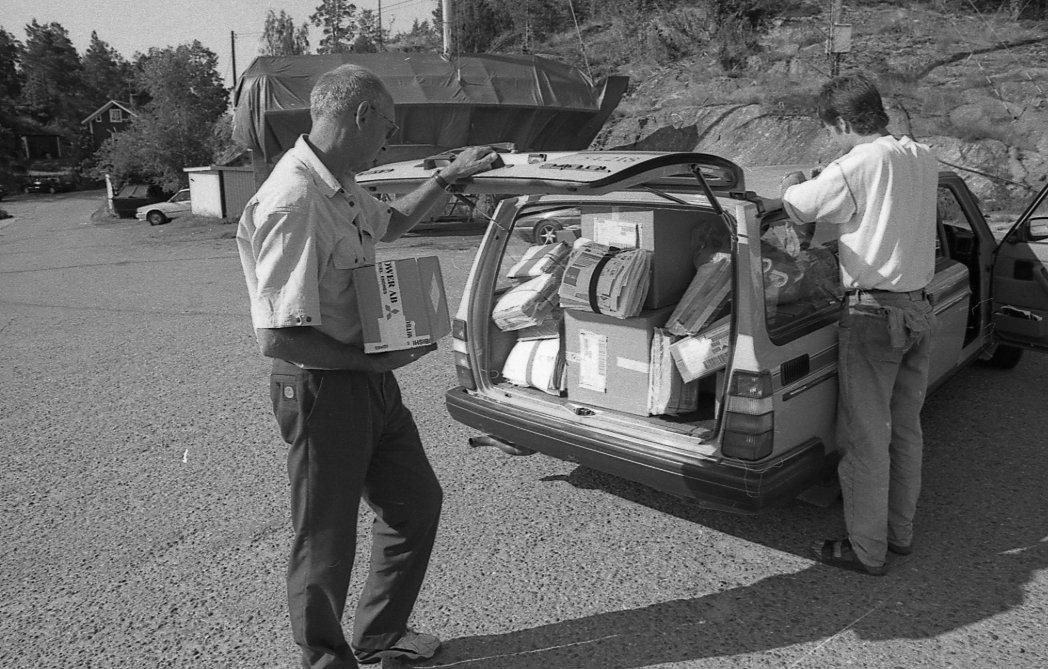Lantbrevbärare Reinhold Andersson delar ut post till kund från sin postbil. Tillhör en dokumentation av en lantbrevbärare i trakten av Valdermarsvik av fotograf Ove Kaneberg.