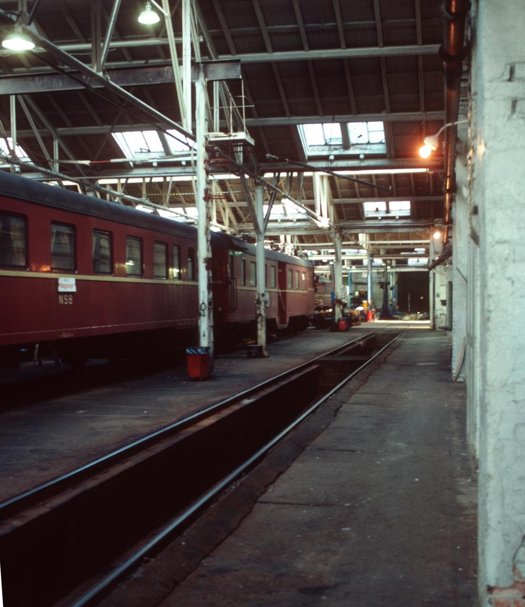 Interiør i gamlestallen, Lodalen, Oslo S (Oslo Ø). Smøregrav. Elektrisk motorvognsett type 68A skiltet Kongsvinger. Lamper.