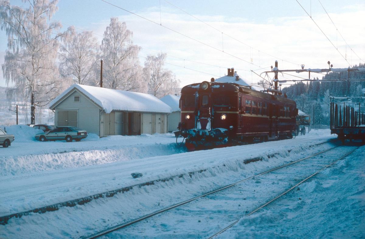 Kalvsjøblakken reiser fra Roa stasjon. Persontog Roa - Hønefoss.