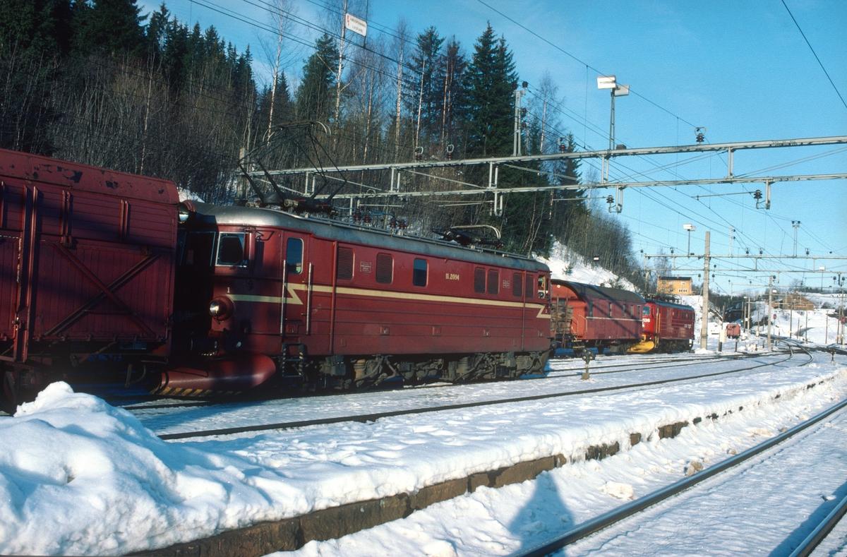 To godstog på Roa stasjon. Godstogene 5165 (Alnabru - Roa) og 5173 (Roa - Eina).
