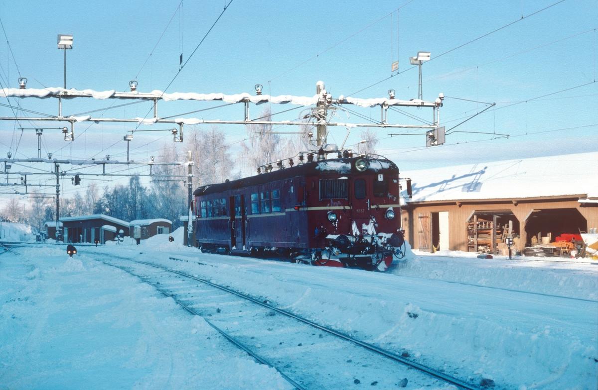 """Persontog til Hønefoss (""""Kalvsjøblakken"""") kjører ut fra Roa stasjon."""