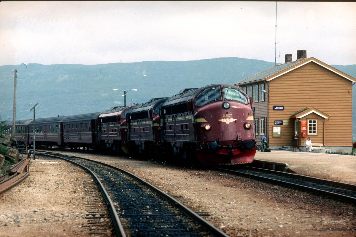 """NSB daghurtigtog 452 Bodø - Trondheim på Lønsdal stasjon med tre dieselelektriske lokomotiver type Di 3 i fellesstyring (""""multippel"""")."""