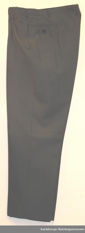 Långbyxa m/1960 - tillverkas av stålgrått diagonaltyg. Byxorna är försedda med förlängt löst midjeband med knapp och knapphål, blixtlås i gylfen. Samtliga byxor är försedda med sid- och bakfickor, varav de senare med knapp och knapphälla. Byxorna har hällor för livrem men saknar hängselknappar. Blixtlås i gylf skall vara av metall.