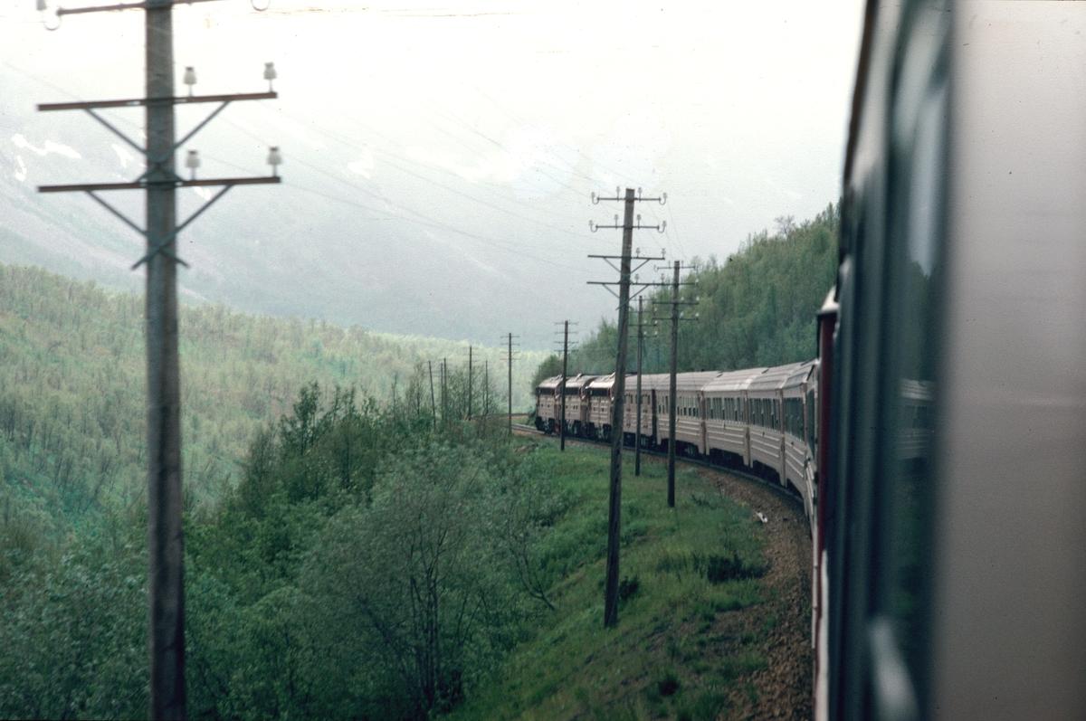 NSB daghurtigtog 452 (Bodø - Trondheim) ruller nedover fra Saltfjellet i nærheten av Krokstrand. Toget trekkes av tre dieselelektriske lokomotiver type Di 3.