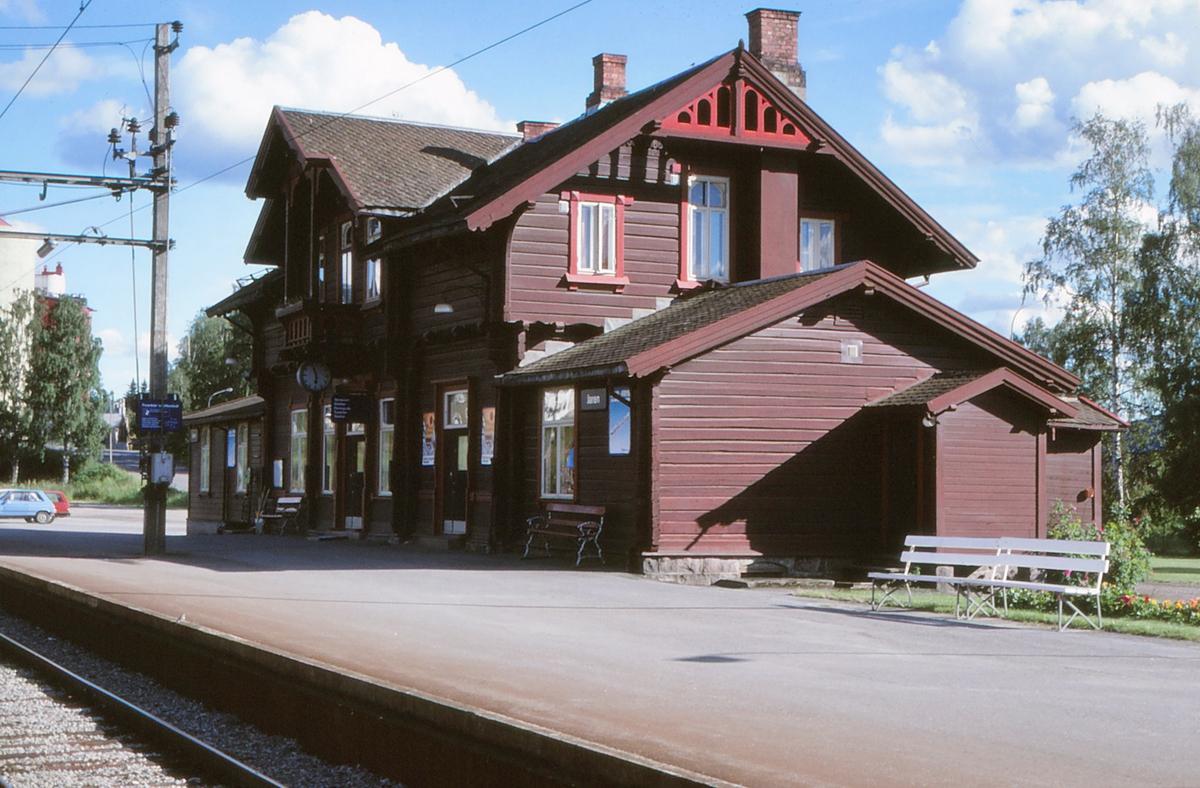 Stasjonsbygningen på Jaren stasjon.