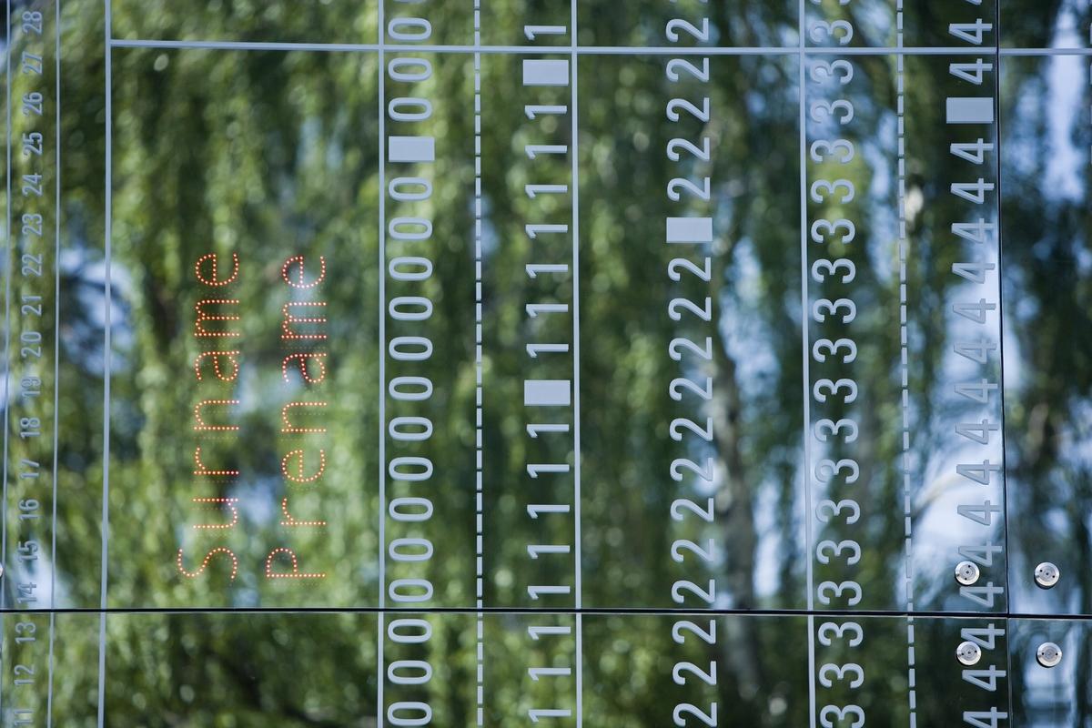 Verket er utformet som et stemplingskort. Noen av stikkordene i LED-skrift er hentet fra et spørreskjema for registrering for Jøder i Norge, som ble brukt som en forberedelse til den endelige utsendelsen av de norske jødene til utryddelsesleirene. Andre ord stammer fra spørreskjemaet for visum etter Schengen-avtalen. Ordene kan virke uskyldige; de spør etter navn, herkomst, yrke og så videre. Men harmløse er de ikke. Foruten henvisningen til jøderegistreingen, spiller verket på den stadig mer omfattende elektroniske dataregistreringen i vår egen tid – et tilsynelatende nøytralt system, men med en iboende mulighet til å identifisere og stenge ute mennesker fra samfunnet og fellesskapet. Verket uttrykker en sterk historisk bevissthet og har et samtidig uttrykk som reflekterer senterets oppgave med å registrere, dokumentere og bearbeide historiske data.