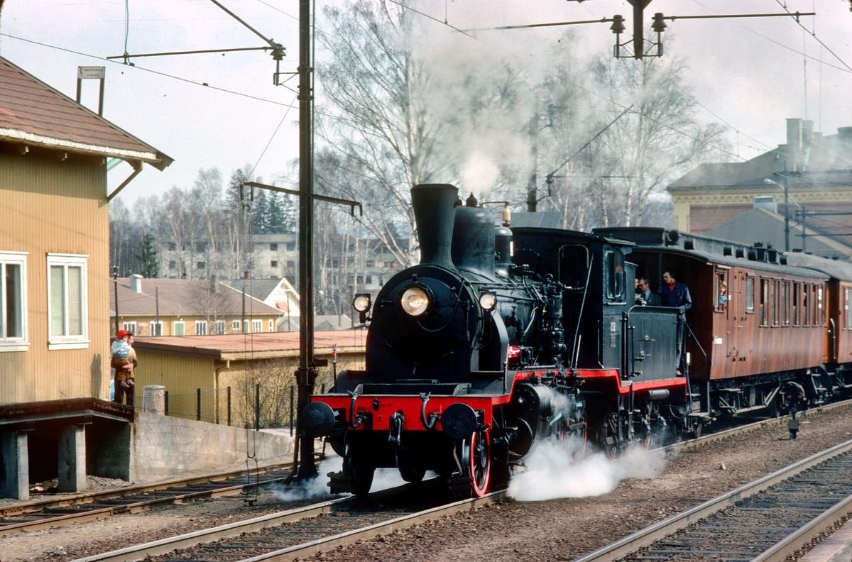 Veterantog til Krøderen for Norsk Jernbaneklubb i Hokksund stasjon. Damplokomotiv 252.