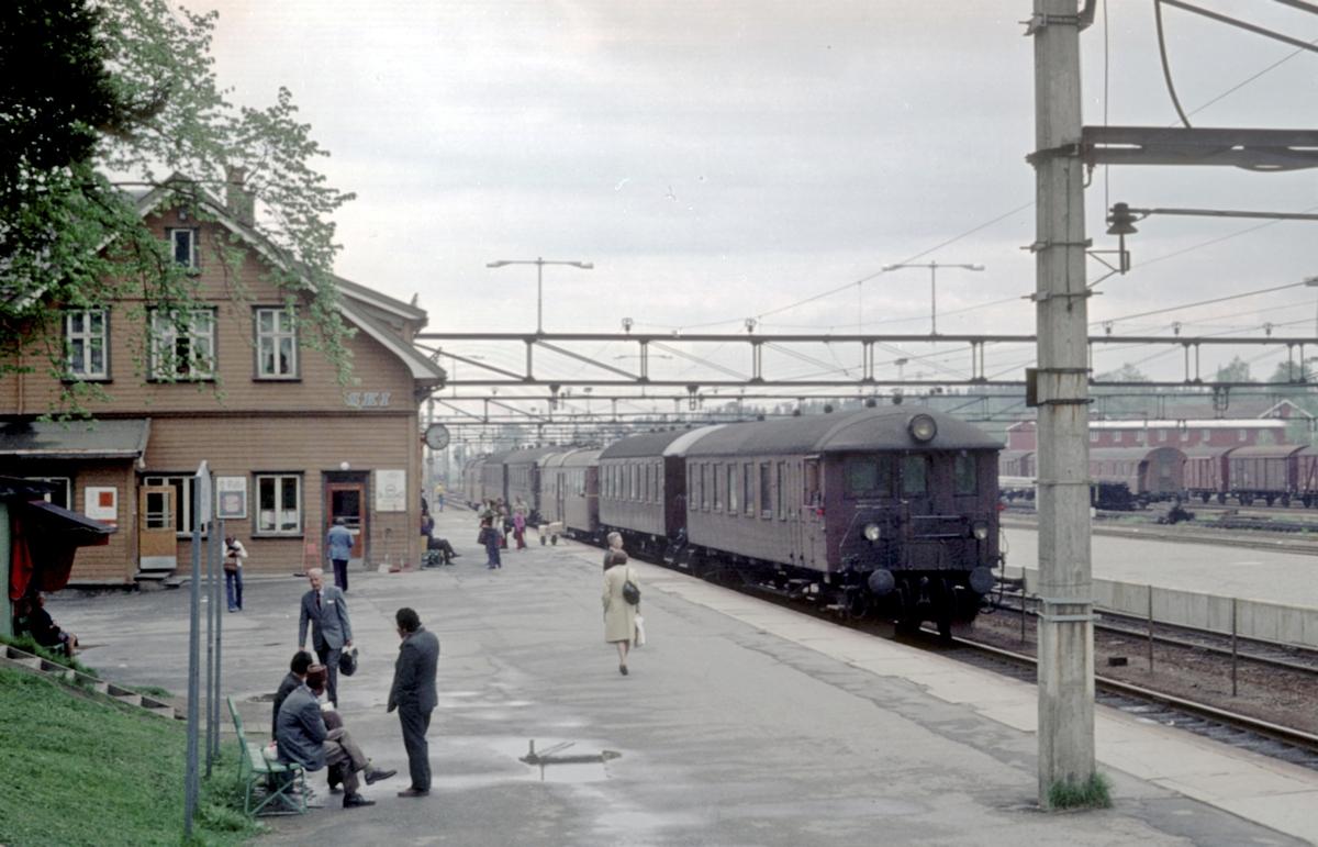 Ski stasjon. Lokaltog (rushtidstog) har ankommet i spor 1. Dobbelt motorvognsett type 65.