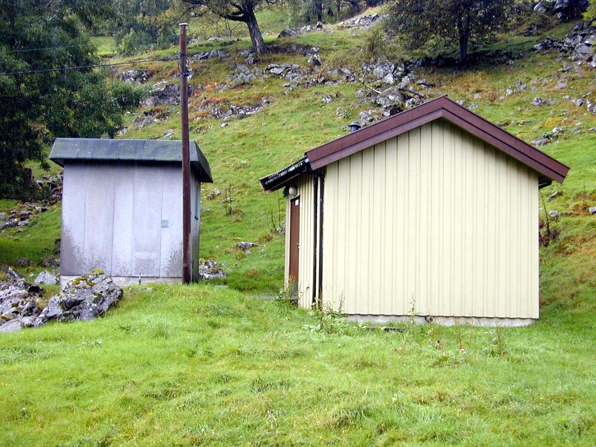 """Etne telefonsentral, Håfoss i Hordaland, er en bygning på 7 m2 oppført i eternitt med papp på det typiske """"paddetaket"""". Den opprinnelige sentral (FS-40) er ikke inntakt, men en tilsvarende sentral er tilbakeført. Håfoss sentral er ett av flere eksempler på at man har beholdt ny og gammel sentral side om side. Den nye sentralen (foto 2, bygning til høyre) er sannsynligvis fra 1980-tallet."""