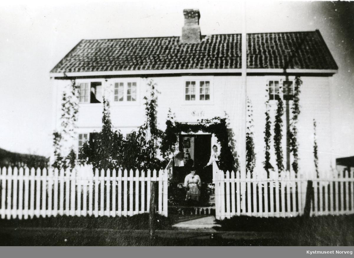 """Huset hvor """"Promenade - kafèen"""" var øverst i Dahlseths gate på Rørvik"""
