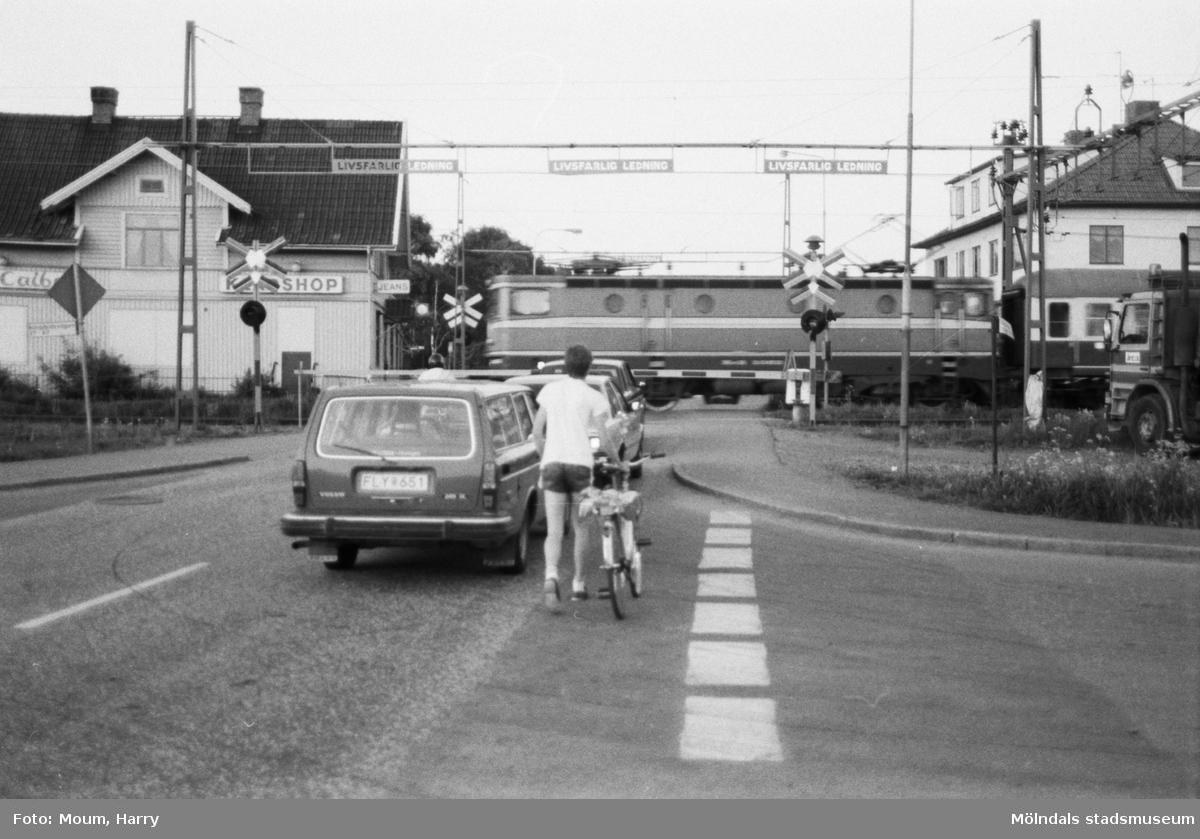 Planering för trafikomläggning i Kållered, år 1985. Järnvägsövergången vid Labackavägen.  För mer information om bilden se under tilläggsinformation.