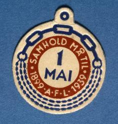 Arbeiderpartiets 1. mai-merke fra 1939, som.markerte Arbeide