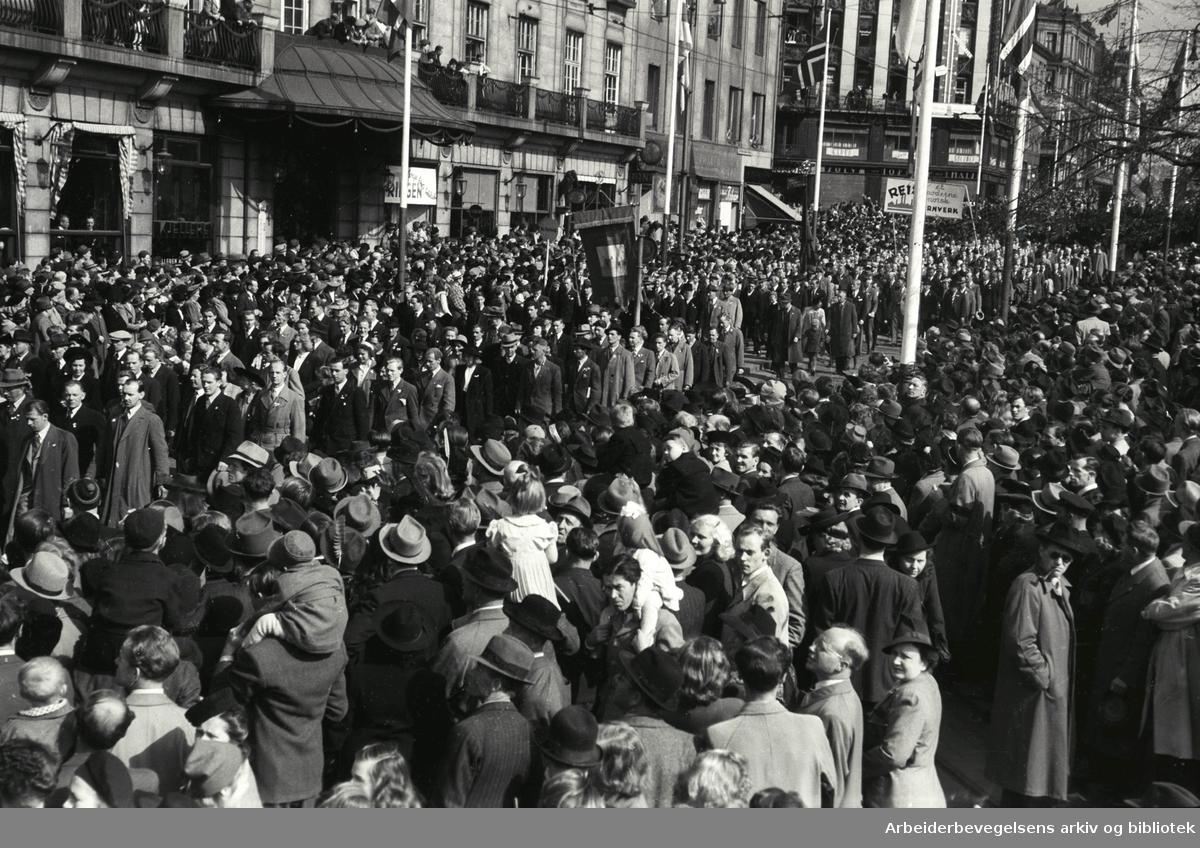 1. mai 1946, demonstrasjonstoget. Fane: Dokkarbeidernes Forening. Parole: Reis et moderne norsk jernverk.