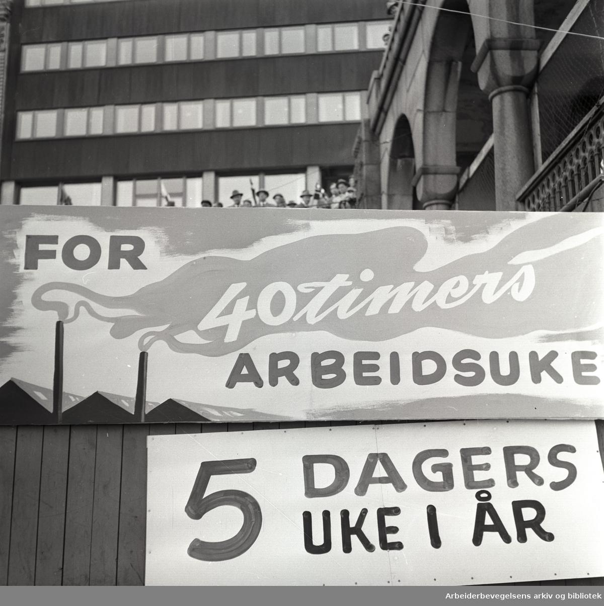 1. mai 1957, Youngstorget. Parole: For 40 timers arbeidsuke. Parole: 5 dagers uke i år.